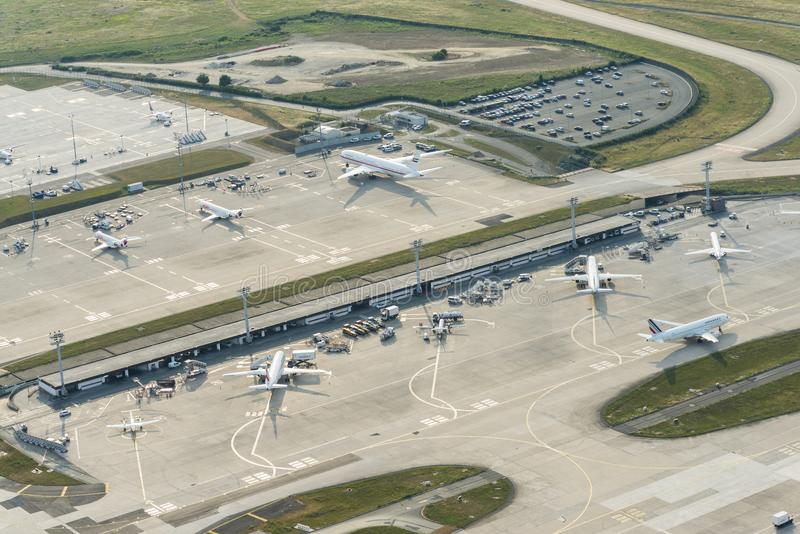 Imagem aérea dos planos em terminais em Orly Airport foto de stock