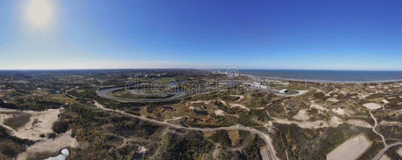 Imagem aérea panorâmico da pista e da vila de Zandvoort com praia fotos de stock