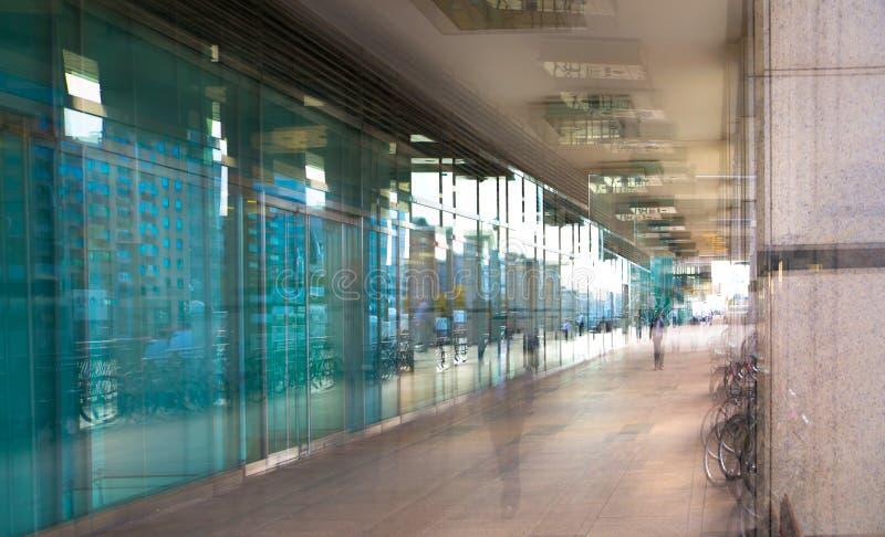 Imagem abstrata, borrada dos povos que andam através do túnel longo com luz no fundo fotografia de stock royalty free