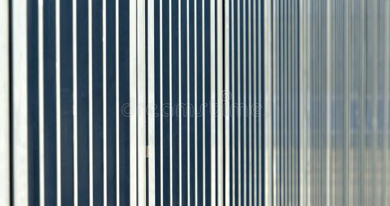 Imagem abstrata com baixa profundidade de campo ( DOF) das barras de uma barreira antes de um estádio dos esportes foto de stock