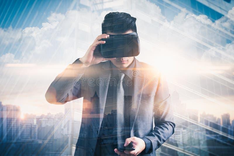 A imagem abstrata da exposição dobro do homem de negócios que usa uns vidros espertos ou vidros do vr overlay com imagem virtual  imagens de stock royalty free