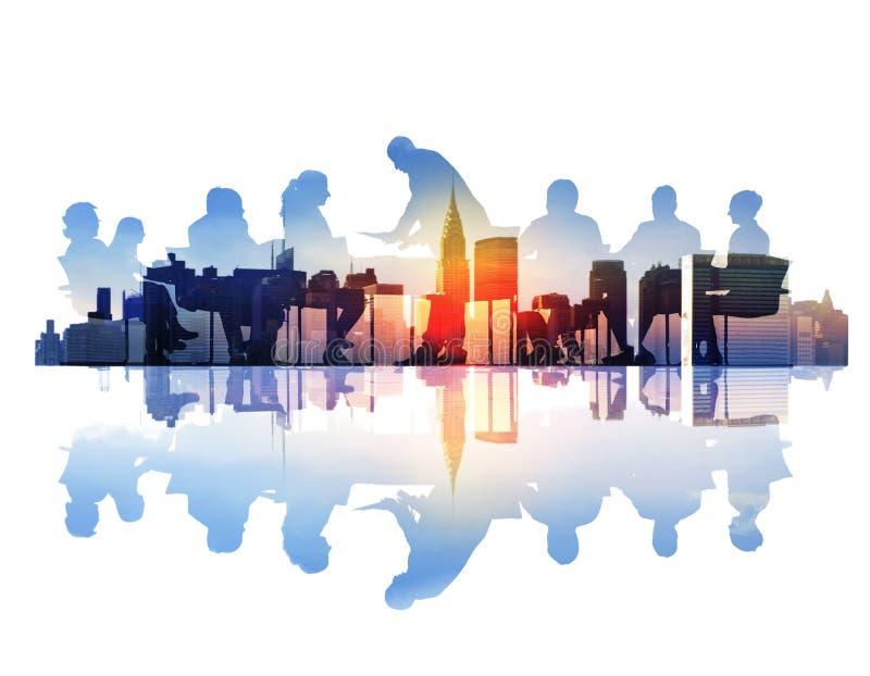 Imagem abstrata da reunião de negócios em uma arquitetura da cidade foto de stock