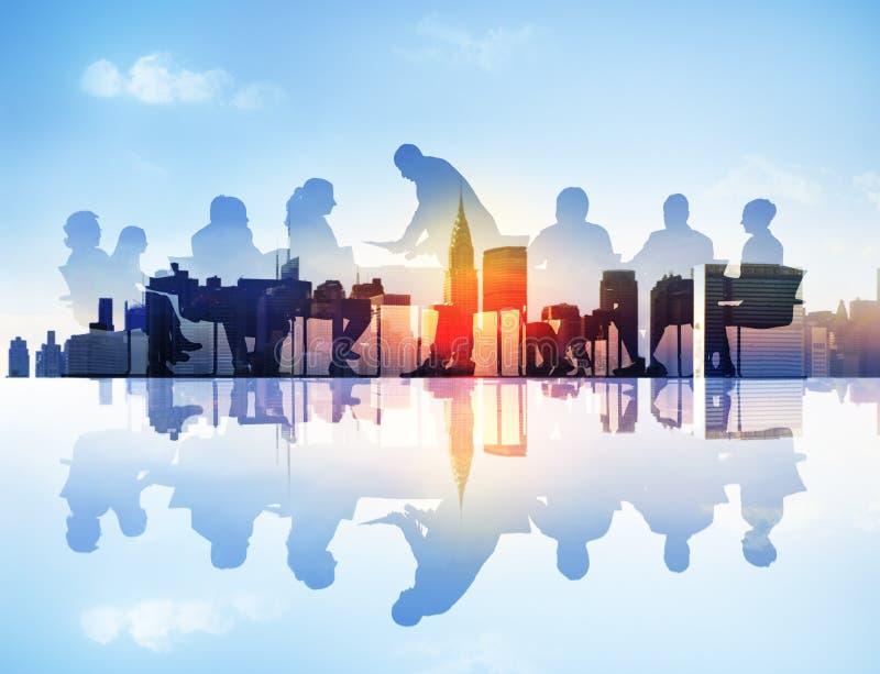Imagem abstrata da reunião de negócios em uma arquitetura da cidade imagens de stock