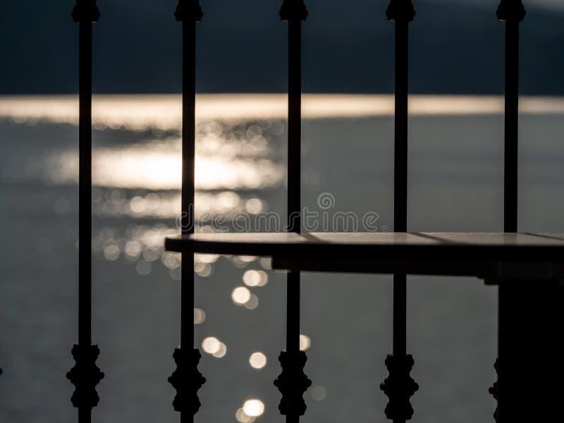 Imagem abstrata da tabela e conceito do cerco com os alargamentos do sol no fundo fotos de stock