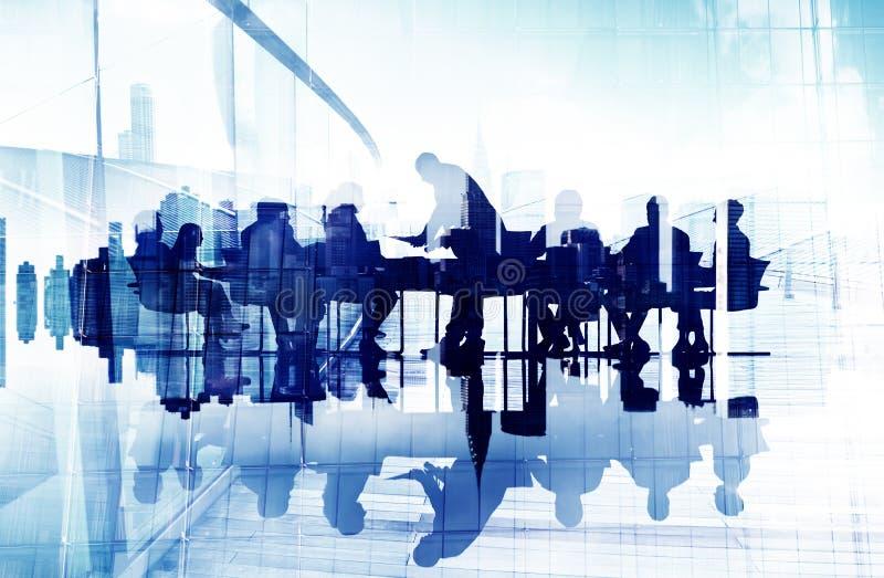 Imagem abstrata das silhuetas de pessoa de negócio em uma reunião ilustração royalty free