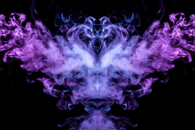 Imagem abstrata do fumo de cores diferentes sob a forma do horror ou do pássaro com asas em um fundo isolado preto Alma e imagens de stock