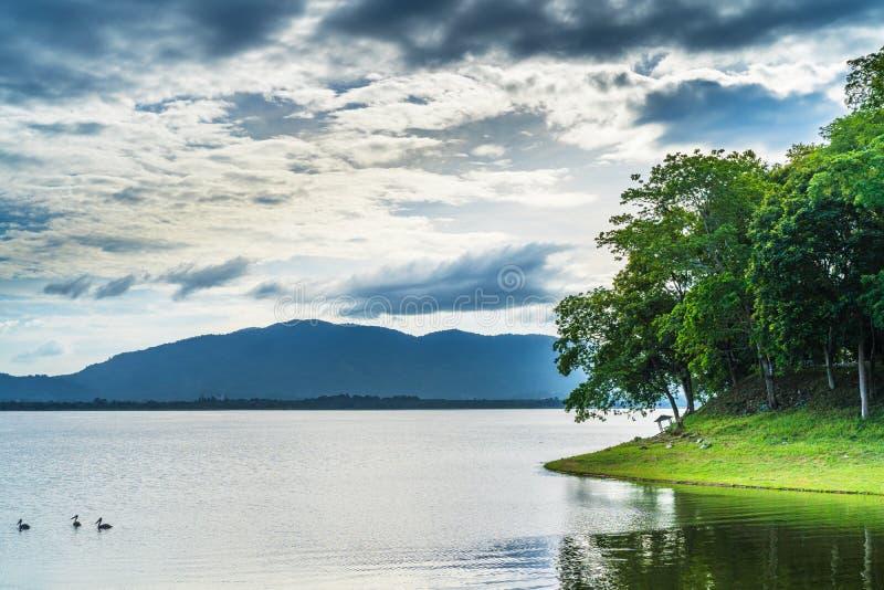 Imagem abstrata do lago com montanha e a nuvem escura fotografia de stock