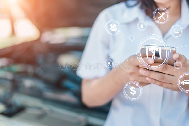 A imagem abstrata do ponto da mulher de negócio ao holograma em seu smartphone imagem de stock royalty free