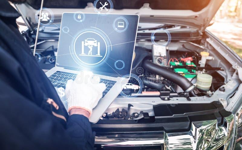 A imagem abstrata do ponto do mecânico ao holograma em seus computador e sala borrada do motor de automóveis é contexto O conceit fotografia de stock