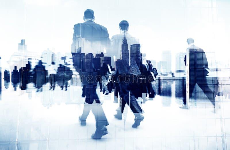 Imagem abstrata dos executivos que andam na rua foto de stock
