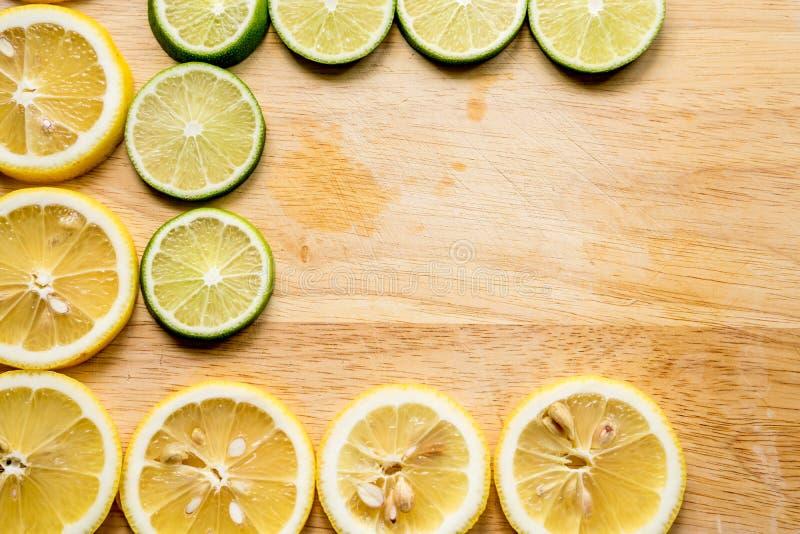 Imagem afiada e do contraste da fatia do limão Vista superior à fatia orgânica fresca do limão isolada na placa de corte de madei imagem de stock