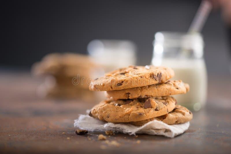 Imagem agradável de uma pilha de cookies dos pedaços de chocolate, com um vidro do leite fotos de stock royalty free