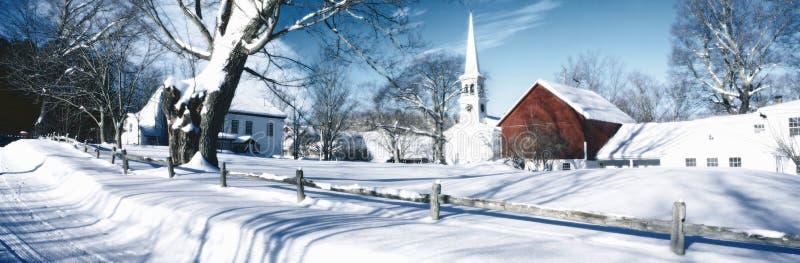 Imagem alterada Digital da igreja de Nova Inglaterra no inverno e em árvores cobertos de neve fotos de stock royalty free