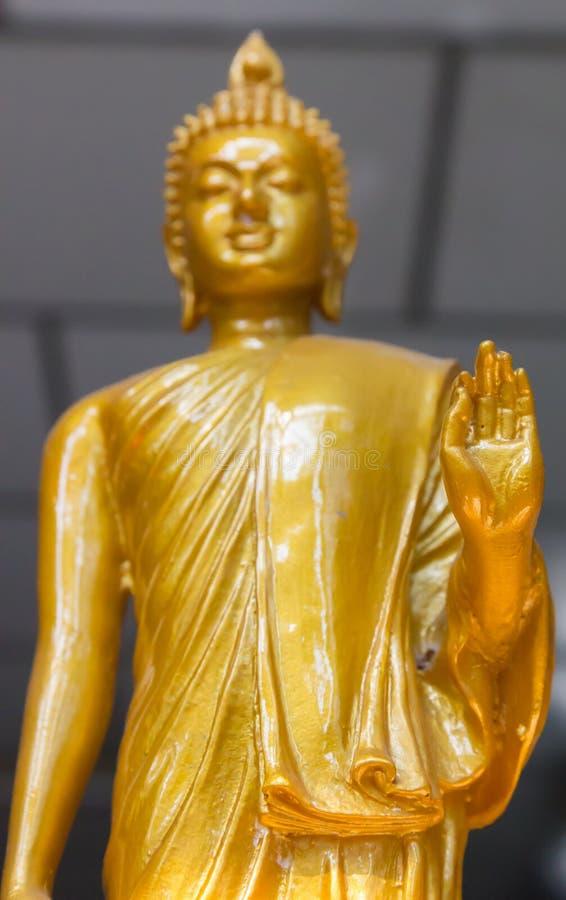 Imagem amarela do foco disponível da posição de buddha imagem de stock royalty free