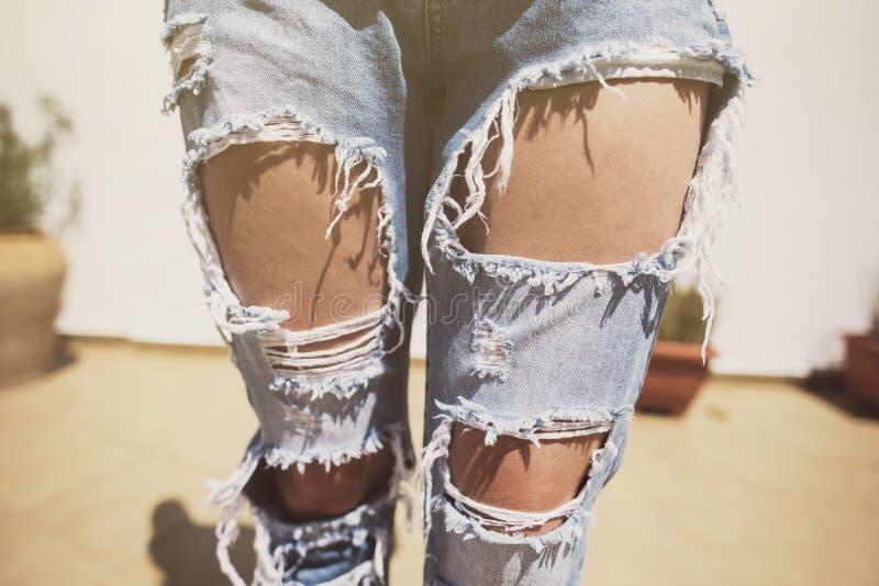 Imagem anônima da mulher com calças de brim rasgadas em um dia de verão fotografia de stock royalty free