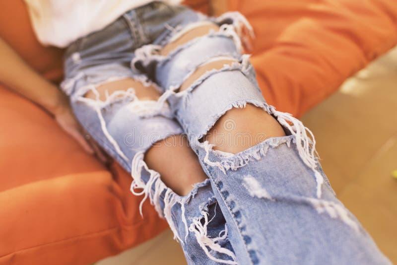 Imagem anônima da mulher com calças de brim rasgadas em um dia de verão imagens de stock royalty free