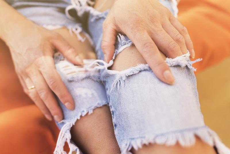 Imagem anônima da mulher com calças de brim rasgadas em um dia de verão foto de stock royalty free