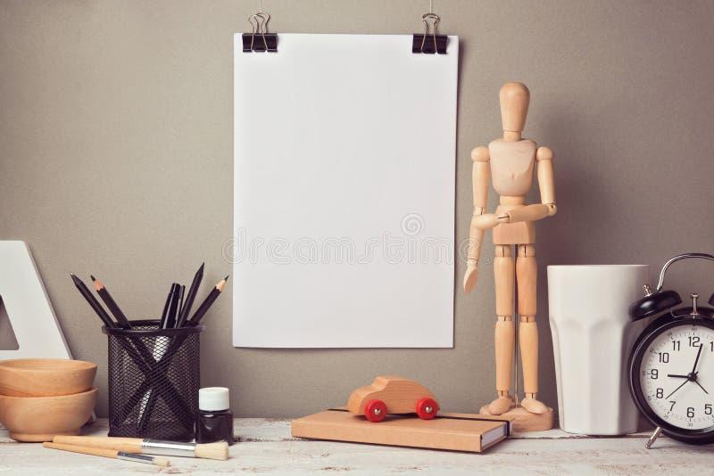 Imagem artística do herói do encabeçamento do Web site da mesa do desenhista com cartaz vazio foto de stock royalty free