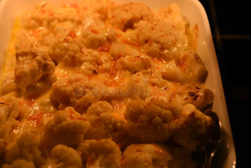 A imagem ascendente próxima da fotografia do alimento do macro de vegetais cozinhados quentes da couve-flor na cor amarela e alar fotos de stock royalty free