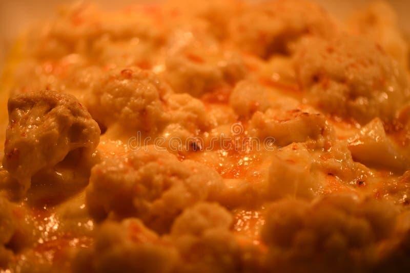 A imagem ascendente próxima da fotografia do alimento do macro do vegetal cozinhado e servido quente da couve-flor na cor amarela imagens de stock