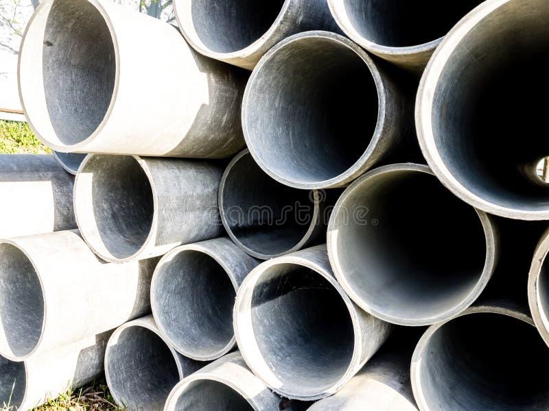 Imagem ascendente próxima das tubulações de aço cinzentas da pilha no canteiro de obras Fundo industrial imagem de stock
