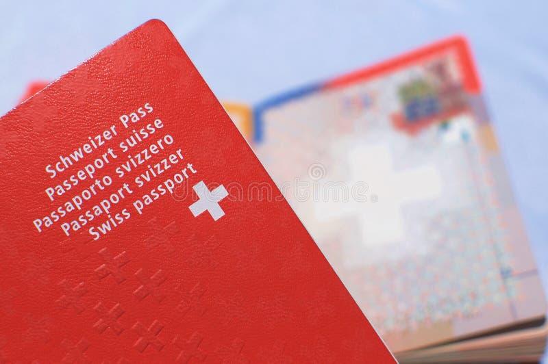 Imagem ascendente próxima de um passaporte suíço fotografia de stock royalty free