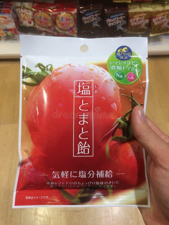 Imagem ascendente próxima do produto japonês típico das microplaquetas do vegetariano do tomate imagem de stock