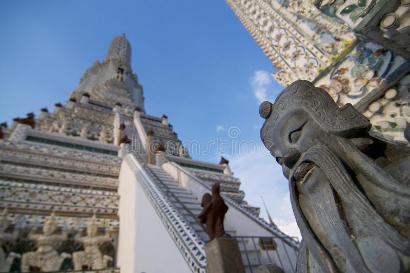 Imagem ascendente próxima do Stupa no templo de Wat Arun que é bonito encrusted com porcelana O templo é ficado situado no oeste foto de stock