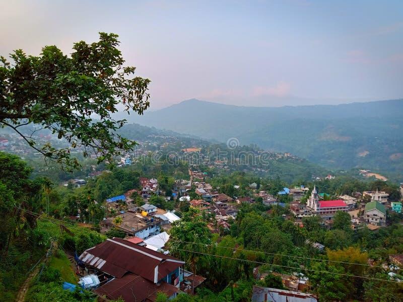 Imagem bonita da cidade verde na montanha fotos de stock