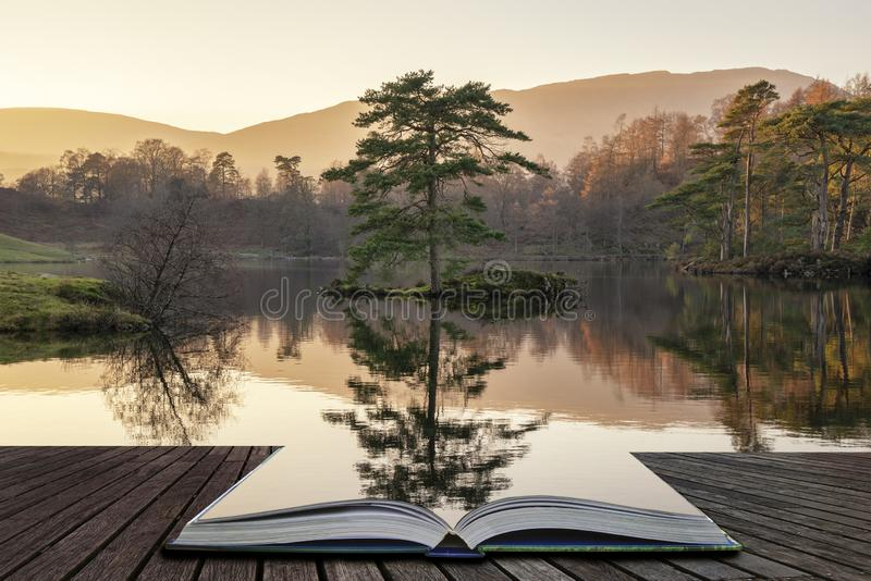 Imagem bonita da paisagem de Hows de Tarn no distrito do lago durante o por do sol bonito da noite de Autumn Fall com cores vibra fotografia de stock royalty free