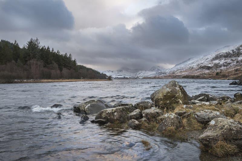 Imagem bonita da paisagem do inverno de Llynnau Mymbyr em Snowdonia imagens de stock