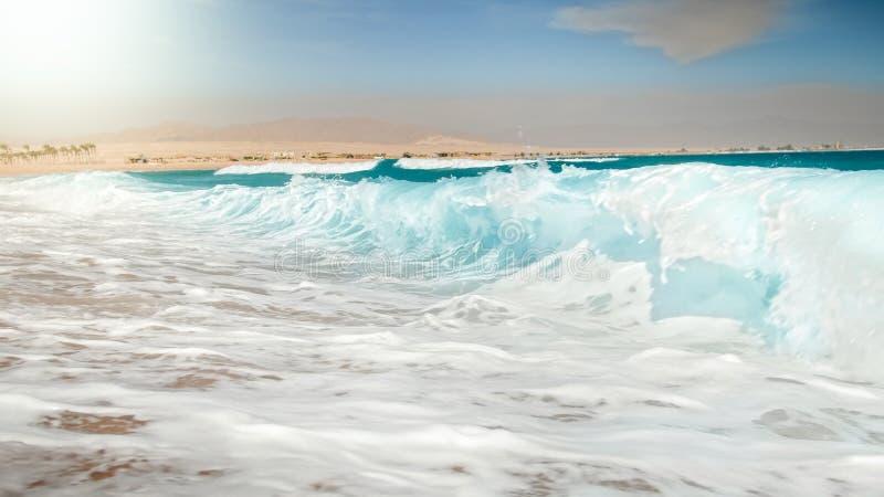 Imagem bonita das ondas do mar de turquesa que rolam sobre a costa no dia ensolarado brilhante foto de stock