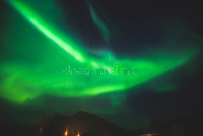 A imagem bonita de Aurora Borealis vibrante verde colorido maciça, Aurora Polaris, igualmente sabe como a aurora boreal em Norueg imagem de stock royalty free