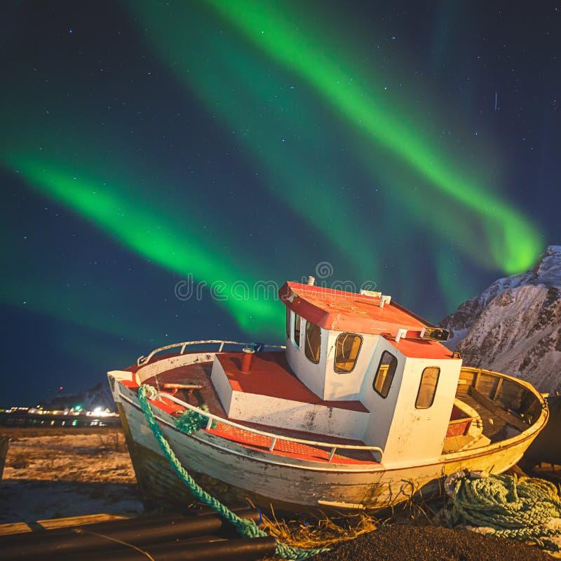 A imagem bonita de Aurora Borealis vibrante verde colorido maciça, Aurora Polaris, igualmente sabe como a aurora boreal na noite imagem de stock royalty free