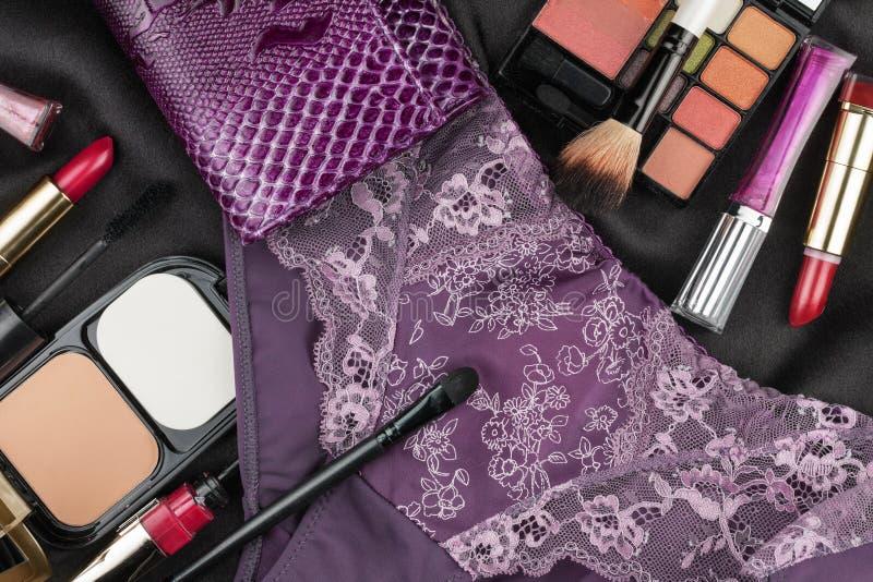 Imagem bonita do cosmético e do roupa interior na seda preta fotos de stock