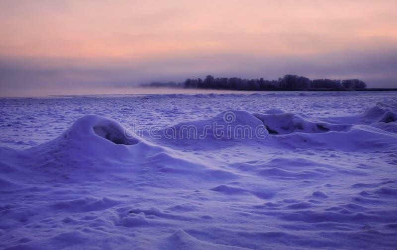 Imagem bonita do inverno landscape Rio congelado coberto com a neve fotos de stock royalty free
