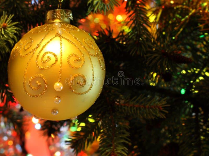 Imagem bonita do Natal com árvore e bola de Natal imagem de stock