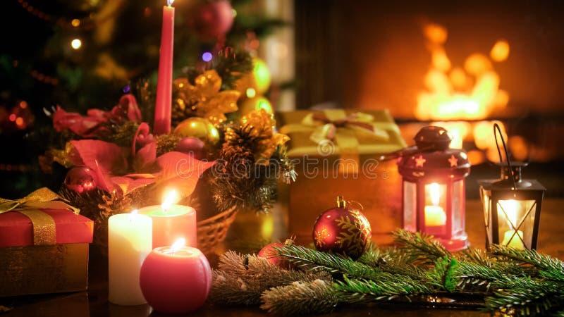 Imagem bonita para celebrações do inverno com a decoração tradicional do Natal na tabela de madeira imagem de stock