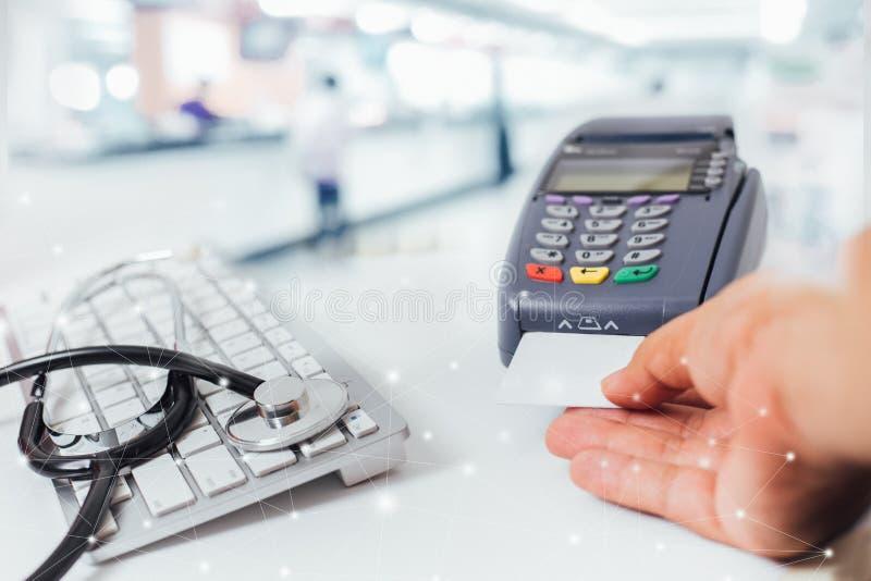 Imagem borrada de serviços contrários nos hospitais e pagar com um cartão de crédito e utilização de um terminal foto de stock