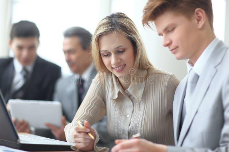 Imagem borrada de uma equipe do negócio que trabalha na programação financeira imagens de stock