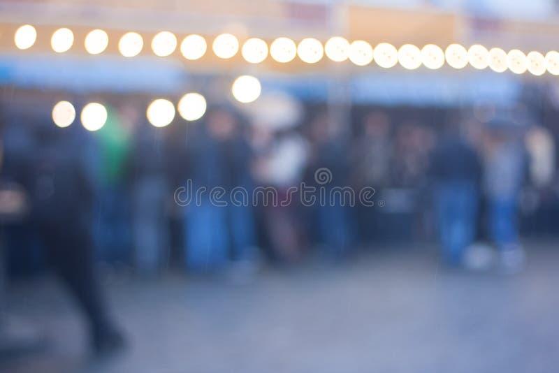 Imagem borrada do fundo do festival do alimento da rua na noite fotos de stock royalty free
