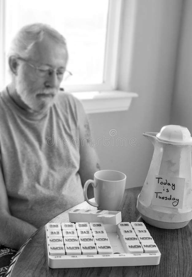 Imagem borrada do homem triste com nota de post-it na garrafa velha do café fotografia de stock royalty free