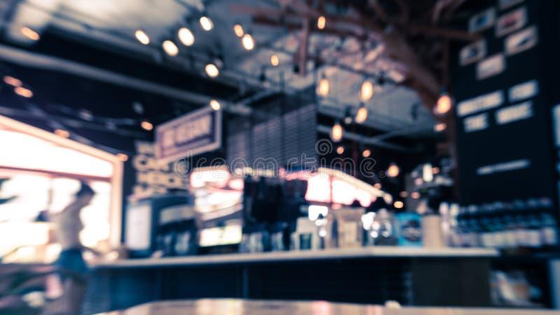 Imagem borrada do interior do caf? com a tabela de madeira na parte dianteira fotografia de stock