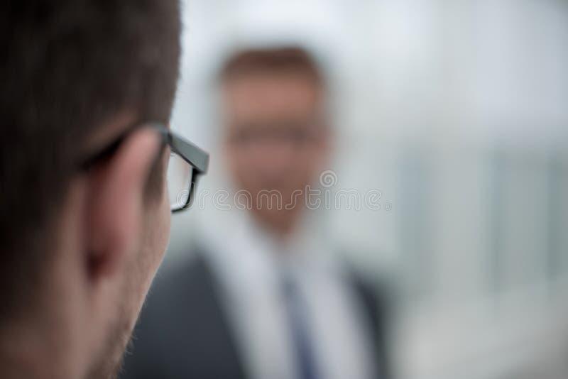 Imagem borrada dos executivos no escritório fotografia de stock royalty free