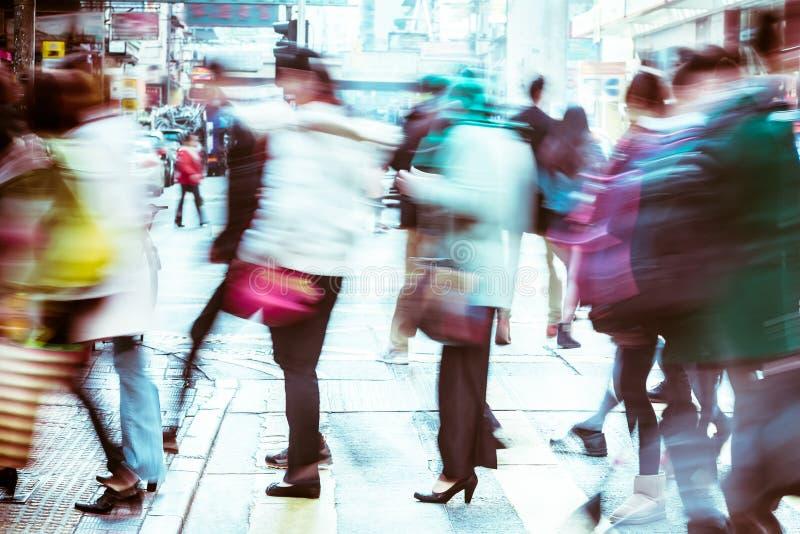 Imagem borrada dos povos que movem-se na cidade aglomerada Hon Kong fotos de stock royalty free