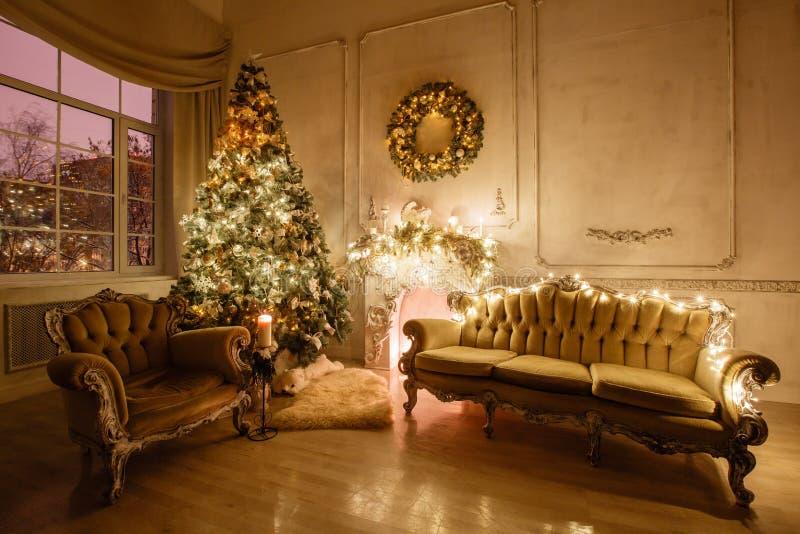 Imagem calma da árvore clássica interior do ano novo decorada em uma sala com chaminé imagens de stock