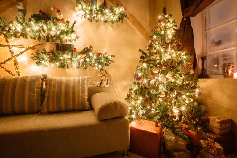 A imagem calma da sala de visitas home moderna interior decorou a árvore de Natal e os presentes, sofá, tabela coberta com a cobe imagens de stock