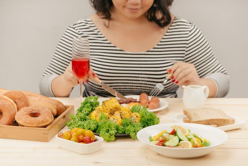 A imagem colhida da mulher asiática tem o café da manhã fotografia de stock royalty free