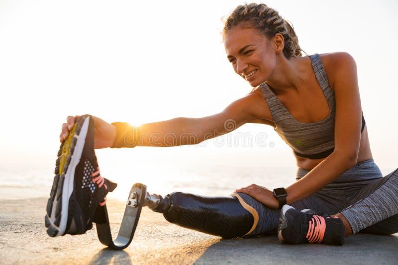 Imagem colhida da mulher deficiente de sorriso do atleta imagens de stock