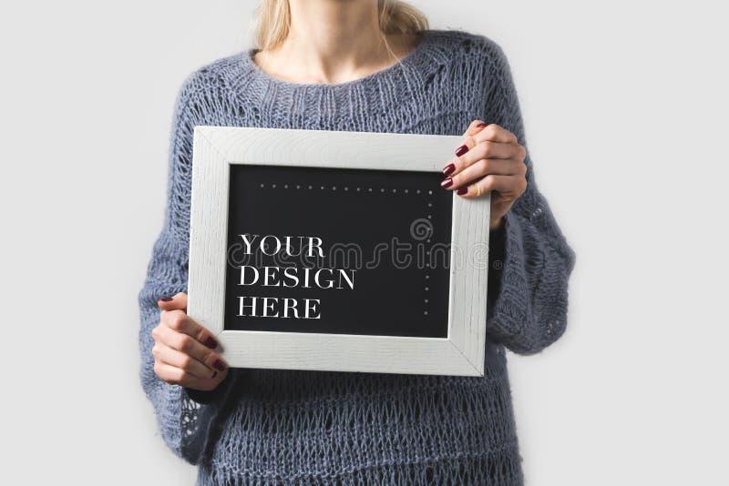 imagem colhida da mulher que mantém a placa preta com palavras seu projeto isolada aqui no branco fotos de stock royalty free